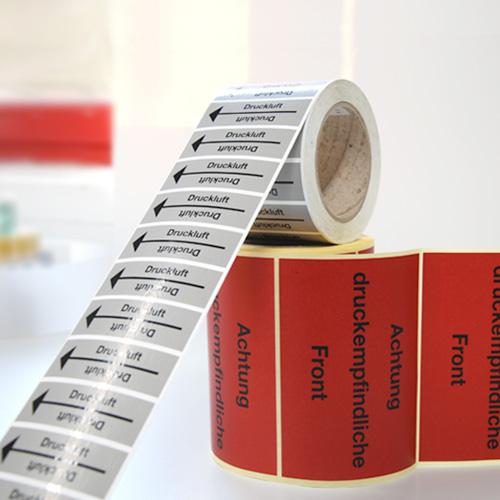 Etiketten mit Sicherheitshinweisen auf Rolle